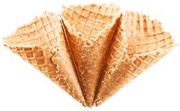 Coni gelati vuoti su un fondo bianco. Fotografia Stock