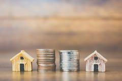 Coni il modello della casa e dei soldi su fondo di legno Fotografie Stock
