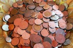 Coni nella ciotola di donazione e bronzi la moneta Immagini Stock