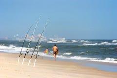 Coni retinici di pesca con l'amo alla spiaggia fotografia stock