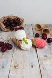 Coni tradizionali della cialda per il gelato sulla tavola di legno Fotografia Stock