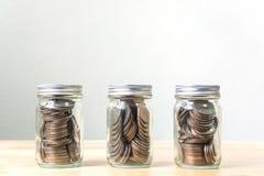 Coni in tre il barattolo, concetto conservano i soldi o l'investimento finanziari, C Immagini Stock