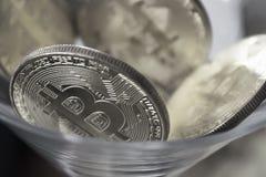 Conia i bitcoins in un primo piano di vetro di cocktail Immagine Stock Libera da Diritti