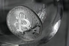Conia i bitcoins in un vetro di vino, primo piano Immagine Stock