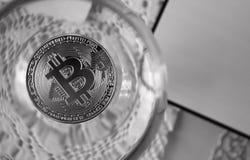 Conia i bitcoins in un vetro di vino, primo piano Fotografie Stock Libere da Diritti