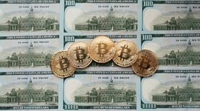 Conia il bitcoin, là sono soldi, sulla tavola una nota di 100 dollari Le banconote sono sparse fuori sulla tavola in uno sciolto Immagine Stock