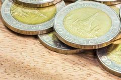 Conia la Tailandia Wat Arun Temple a Bangkok, Tailandia, rappresentata nella moneta tailandese da dieci baht Immagine Stock