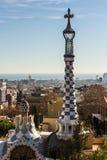 Conical krzyż przy Parkowym Guell i iglica, projektującym Antoni Gaud, budowaliśmy 1900, 1914 od fotografia stock