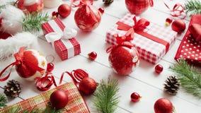 Conifer baubles i gałązki zbliżają Bożenarodzeniowych prezenty zbiory wideo