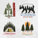 Coniferous лес, горы и деревянный логотип располагаться лагерем и одичалая природа ландшафты с соснами и холмами Эмблема или иллюстрация вектора