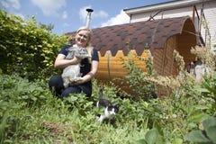 Conigli crescenti su un'azienda agricola Fotografia Stock