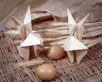 Conigli di origami dell'artigianato da carta Coniglietti di pasqua immagini stock
