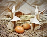Conigli di origami dell'artigianato da carta Coniglietti di pasqua fotografia stock