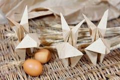 Conigli di origami dell'artigianato da carta Coniglietti di pasqua immagini stock libere da diritti
