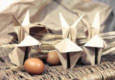 Conigli di origami dell'artigianato da carta Coniglietti di pasqua fotografie stock