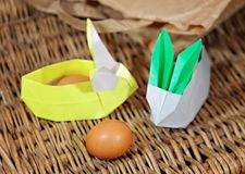 Conigli di origami dell'artigianato da carta Coniglietti di pasqua Pacchetto creativo per il regalo fotografie stock libere da diritti
