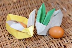 Conigli di origami dell'artigianato da carta Coniglietti di pasqua Pacchetto creativo per il regalo immagine stock libera da diritti
