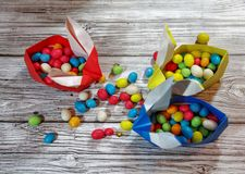 Conigli di origami dell'artigianato da carta Coniglietti di pasqua Pacchetto creativo per il regalo fotografia stock libera da diritti