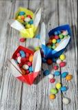 Conigli di origami dell'artigianato da carta Coniglietti di pasqua Pacchetto creativo per il regalo immagini stock