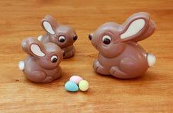 Coniglietti del bambino e di mamma con le uova Immagine Stock Libera da Diritti