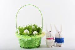 Coniglietti di pasqua con il canestro e le uova verdi Fotografia Stock Libera da Diritti