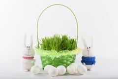 Coniglietti di pasqua con il canestro e le uova verdi Fotografie Stock Libere da Diritti