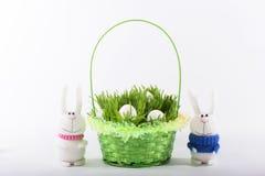 Coniglietti di pasqua con il canestro verde Fotografia Stock Libera da Diritti