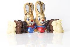 Coniglietti di pasqua del cioccolato su priorità bassa bianca Fotografia Stock