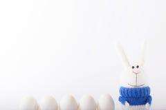 Coniglietti di pasqua ed uova bianche Fotografia Stock