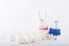 Coniglietti di pasqua ed uova bianche Immagine Stock