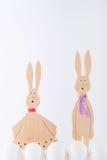 Coniglietti di pasqua ed uova bianche Fotografie Stock Libere da Diritti