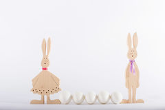Coniglietti di pasqua ed uova bianche Immagini Stock