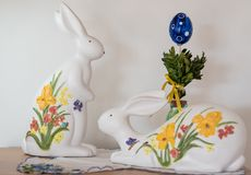 Coniglietti di pasqua ed uovo di Pasqua dipinti Immagini Stock Libere da Diritti