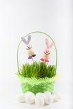 Coniglietti di Toy Easter con il canestro e le uova verdi Immagine Stock
