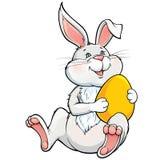 Coniglietto adorabile che tiene l'uovo di Pasqua giallo Fotografia Stock Libera da Diritti