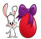 Coniglietto del fumetto con un uovo di Pasqua enorme Fotografie Stock Libere da Diritti
