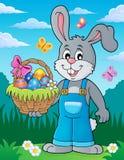 Coniglietto che tiene tema 3 del canestro di Pasqua Fotografia Stock Libera da Diritti