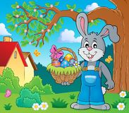 Coniglietto che tiene tema 2 del canestro di Pasqua Fotografia Stock