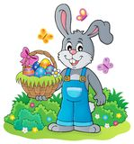 Coniglietto che tiene tema 4 del canestro di Pasqua Fotografia Stock Libera da Diritti