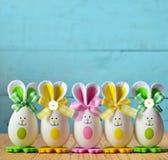 Coniglietto colorato delle uova di Pasqua Pasqua felice fotografie stock
