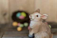 Coniglietto con dalle uova messe a fuoco in un nido immagini stock libere da diritti