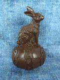 Coniglietto con l'allineamento dell'uovo Fotografia Stock
