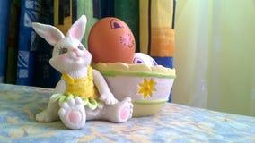 Coniglietto del giocattolo con il canestro e le uova di Pasqua fotografia stock libera da diritti