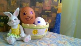 Coniglietto del giocattolo con il canestro e le uova di Pasqua immagine stock libera da diritti