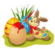 Coniglietto di pasqua che dipinge l'uovo di Pasqua Fotografia Stock