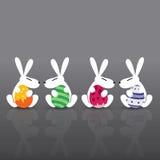 Coniglietto di pasqua che tiene l'uovo di Pasqua Fotografia Stock