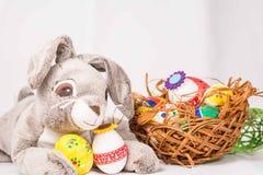Coniglietto di pasqua con le uova Immagini Stock