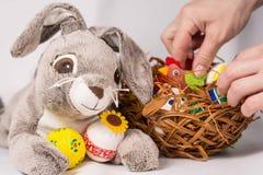 Coniglietto di pasqua con le uova Fotografia Stock