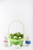 Coniglietto di pasqua con le uova bianche Fotografie Stock Libere da Diritti