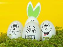Coniglietto di pasqua, con le uova decorative Fondo di Pasqua e della molla Fotografia Stock Libera da Diritti